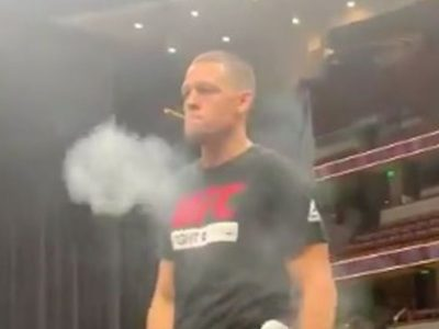 UFC 241 : Nate Diaz smokes and shares joint with fans during open workout